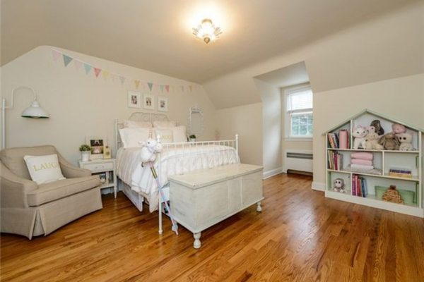 17 Lynn Rd, Port Washington, NY 11050 -  $889,000