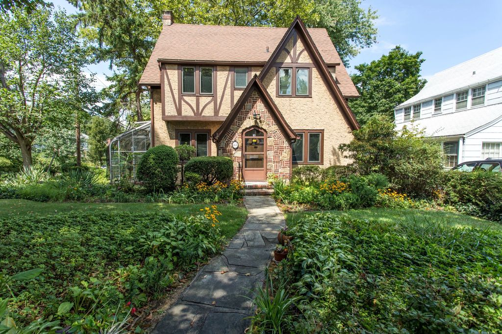 83 Allenwood Rd, Great Neck, NY 11023 -  $940,000