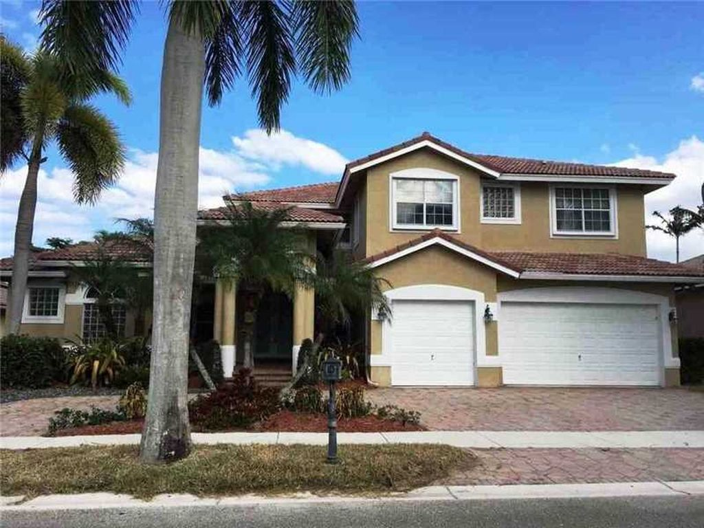 2531 Montclaire Cir, Weston, FL 33327 -  $1,060,000