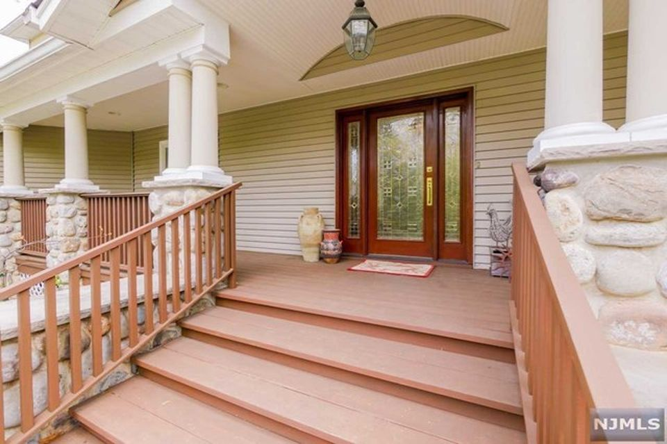 320 Fern Dell St, Upper Saddle River, NJ 07458 -  $1,099,000 home for sale, house images, photos and pics gallery