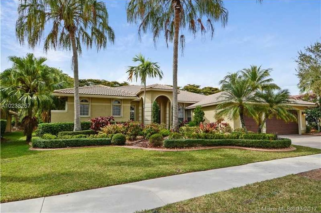 2505 Montclaire Cir, Weston, FL 33327 -  $1,049,000